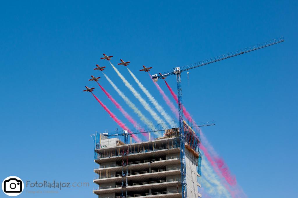 fotos de aviones sobre el edificio en construcción